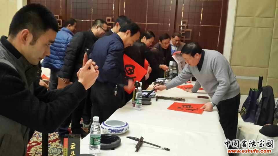 李啸汪寅生等为新华报业集团高峰会代表送福字